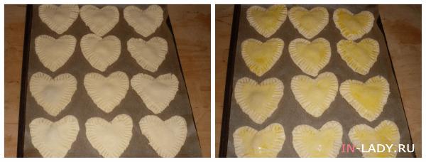 выкладываем валентинки на противень и смазываем яичным желтком