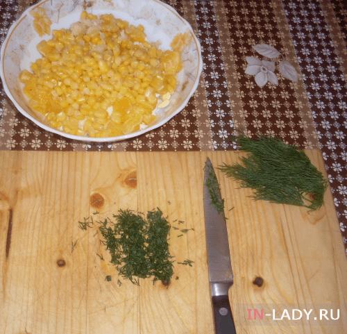 измельчаем чеснок, укроп и высыпаем кукурузу