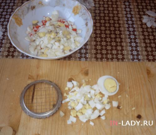 шаг 2 измельчаем вареные яйца