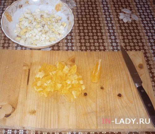 шаг 3 нарезаем кубиками апельсин