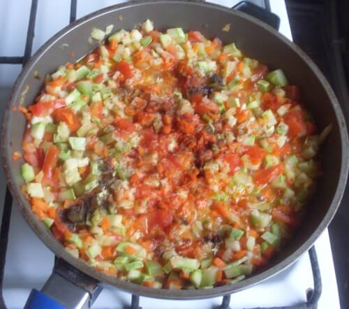 солим, перчим овощное рагу