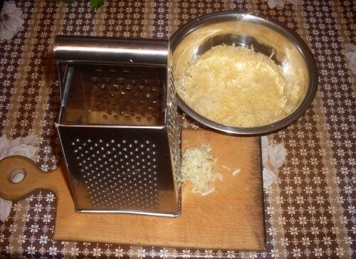 сыр и чеснок натираем на мелкой терке