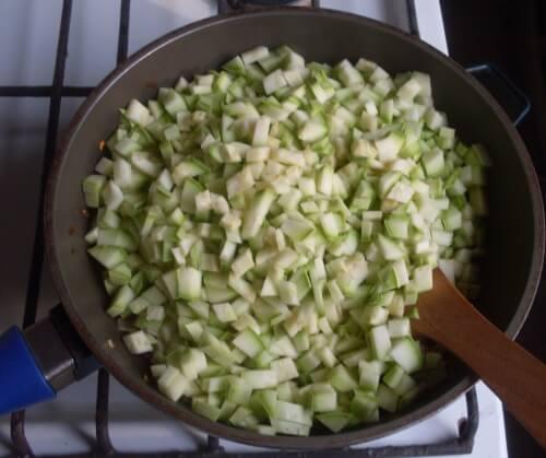 выкладываем кабачки на сковороду