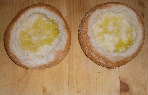 изнутри смазываем булочки оливковым маслом