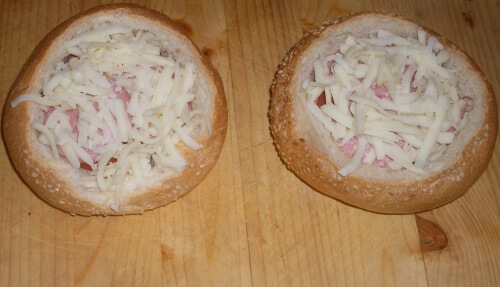 посыпаем бутерброды тертым сыром