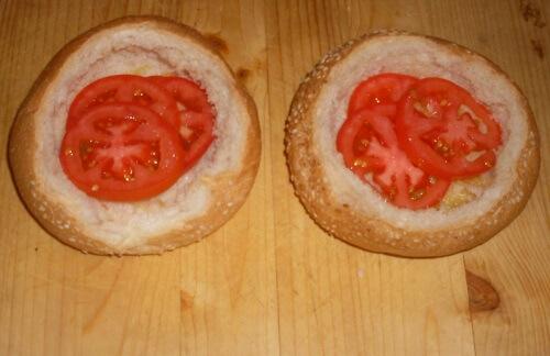 выкладываем кружочками нарезанные помидоры