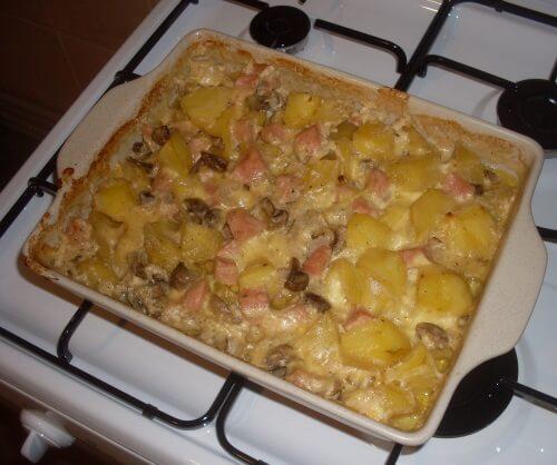 картофельная запеканка с грибами, сыром и ветчиной